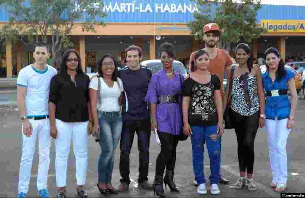 Jóvenes activistas cubanos en al Aeropuerto José Martí a punto de partir hacia sus estudios en EE.UU. Tomada del Twitter de Iván Hernández Carrillo.