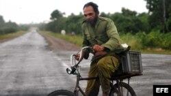 Un hombre monta su bicicleta en un camino de Minas de Matahambre (Cuba) en Pinar del Río.