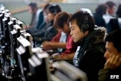 Ciudadanos chinos navegan por Intenet en un cibercafé de Pekín.