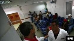 Dos médicos cubanos conversan en un centro sanitario. Foto: arcivo.