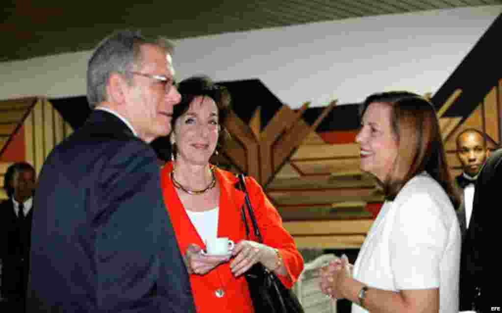 La representante de Cuba Josefina Vidal (d), hablando con la secretaria de Estado Adjunta de EE.UU. para América de Latina, Roberta Jacobson (c), y Jeffrey DeLaurentis, el jueves 22 de enero de 2015.
