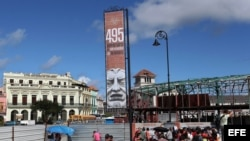 Varias personas recorren la construcción de un paseo, en la Avenida del Puerto en La Habana.