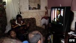 Una familia cubana ve la transmisión por TV del discurso del presidente de Estados Unidos, Barack Obama, durante un foro con empresarios estadounidenses y cuentapropistas y emprendedores (21 de marzo, 2016).