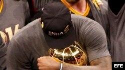 LeBron abrza el trofeo Larry O'Brien.