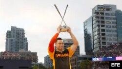 Giancarlo Stanton sostiene su trofeo.