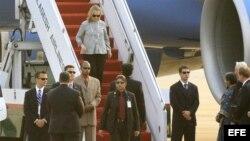 Secretaria de Estado de Estados Unidos, Hillary Clinton, en su llegada a Bangladesh