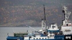 """Fotografía facilitada por Greenpeace hoy, jueves 3 de octubre de 2013 que muestra a investigadores rusos inspeccionando el barco de Greenpeace """"Artic Sunrise"""" en el puerto de Murmanks en Rusia ayer"""