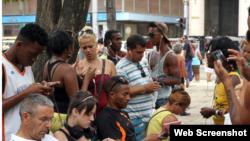 Cubanos acceden a internet desde puntos Wi-Fi.