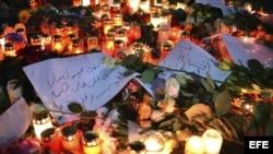 Vista de las velas, flores y mensajes depositados en memoria de las víctimas del atentado en Berlín.