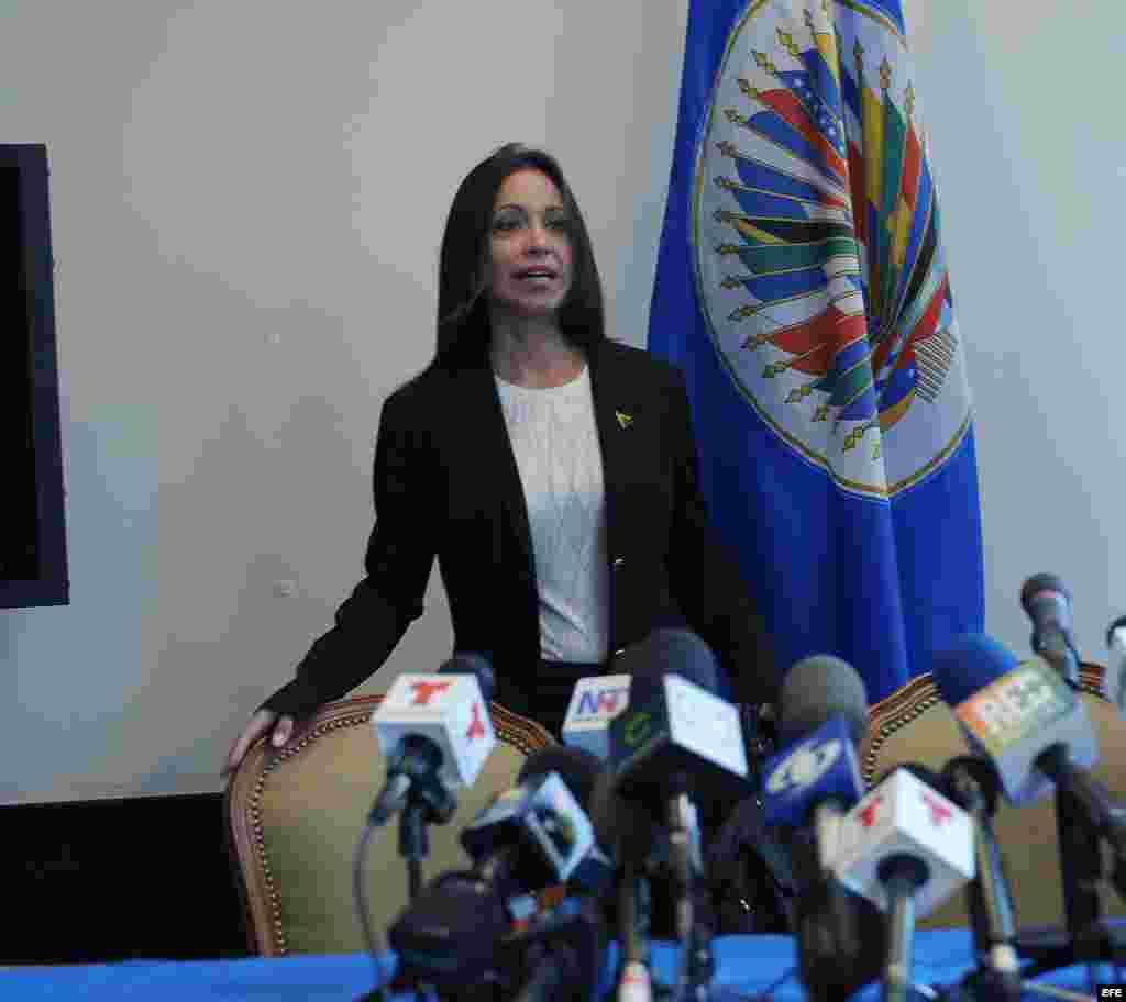 La diputada opositora venezolana María Corina Machado llega para ofrecer una rueda de prensa.