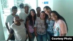 La Dra. Yandra Alayo (2-d) y sus pacientes brasileños.