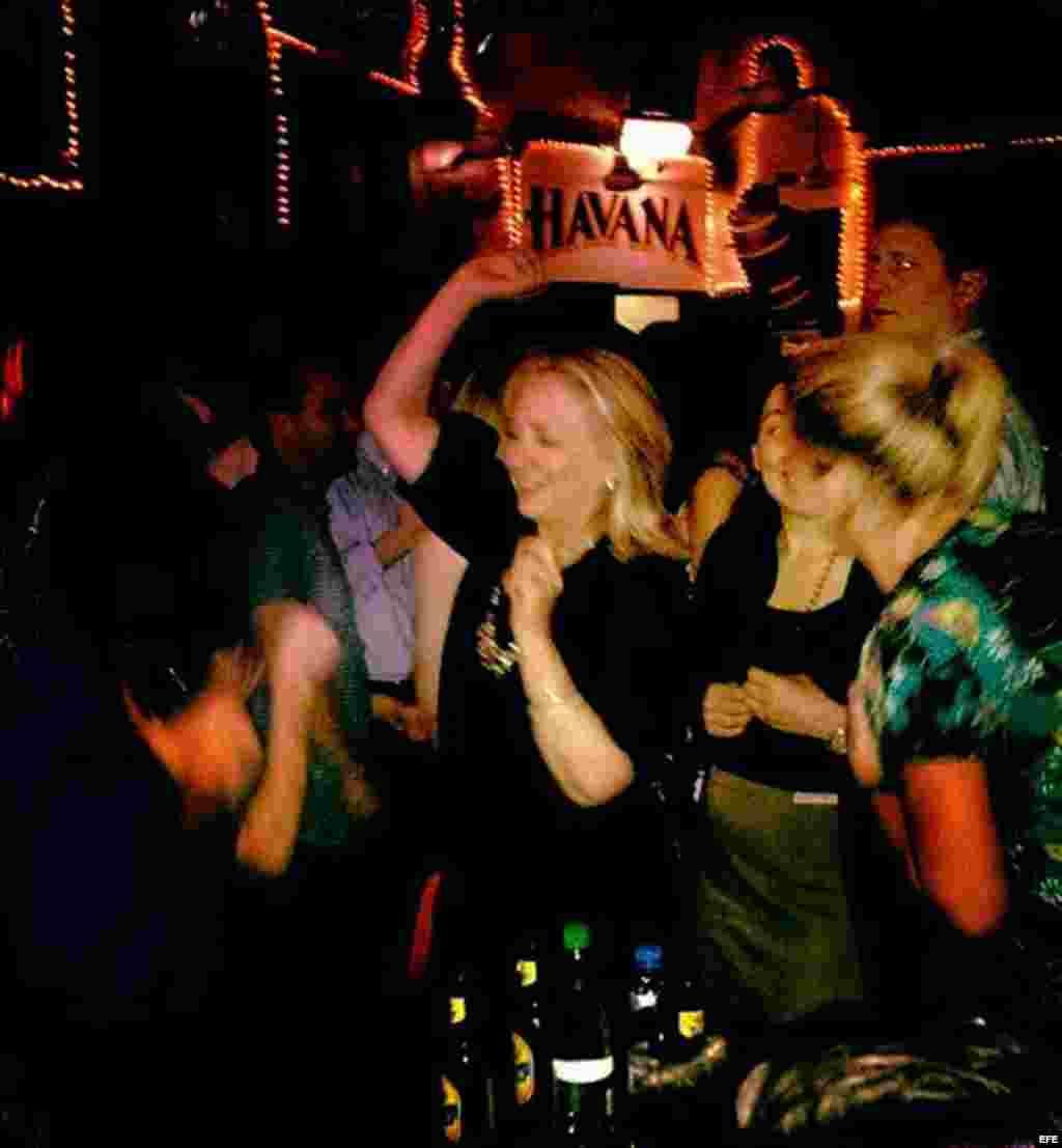 Hillary Clinton, tomó un rato de descanso y compartió bailando y tomando cerveza colombiana con parte de su delegación en un local nocturno de esa ciudad.