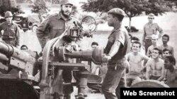 Fidel Castro inspecciona una batería antiaérea durante la crisis de los misiles.