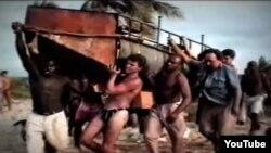 A diferencia de Camarioca y Mariel, en el éxodo de 1994 los cubanos se lanzaron al mar en cualquier cosa que flotara (video Luis J. Perea).