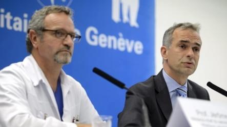 Jerome Plugin, jefe de cuidados intensivos del Hospital Universitario de Ginebra, y Bertrand Levrat, director general, en rueda de prensa sobre el médico cubano.
