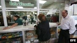 Una mujer cubana americana compra un café hoy, 19 de febrero de 2008, en el café Versalles de la Pequeña Habana,