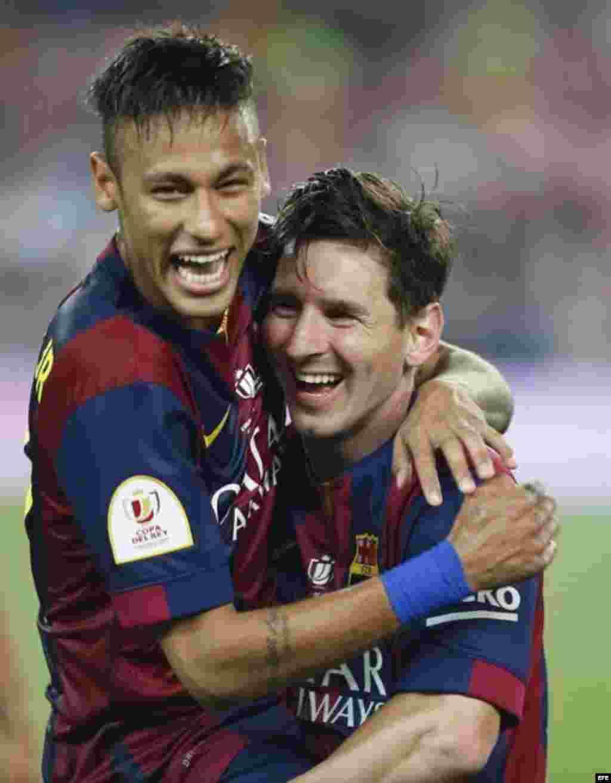 Los jugadores del FC Barcelona Neymar (i) y Messi celebran uno de los goles ante el Athletic de Bilbao, durante la final de la Copa del Rey.