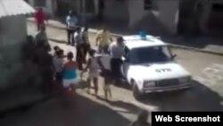 Disidentes detenidos por la polícia política en la localidad de Puerto Padre