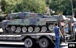 Soldados turcos retornan los tanques a las bases militares.