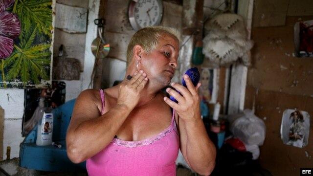 El transexual cubano José Agustín Hernández González (Adela), se observa en un espejo en su casa en la ciudad de Caibarién, en la provincia de Villa Clara (Cuba).