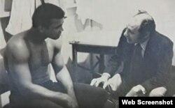 """(i-e) El boxeador Muhammad Ali y el doctor Fernando """"Ferdie"""" Pacheco."""