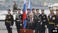 El presidente ruso, Vladimir Putin (c), pronuncia un discurso en la bahía del puerto crimeo de Sebastopol, Crimea.