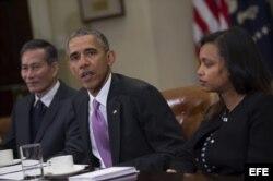 El presidente de EEUU Barack Obama, junto al periodista vietnamita Dieu Cay (i), y a la periodista etíope Simegnish 'Lily' Mengesha.