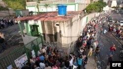 Decenas de caraqueños hacen cola hoy, 07 de octubre de 2012, durante la jornada de elecciones presidenciales que se está celebrando en Venezuela.