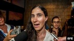 """La disidente cubana Yoani Sánchez (d), autora del blog """"Generación Y"""" concede entrevista a la prensa a su llegada a Brasil"""