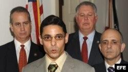 El exprisionero político cubano, Normando Hernández González (2i), tras su reunión en Washington (03/11/2011) con líderes republicanos en ambas cámaras del Congreso, para denunciar los abusos a los derechos humanos en Cuba.