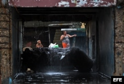 Cubanos se recuperan hoy, miércoles 5 de octubre de 2016, de los destrozos y estragos causados por el paso del huracán Matthew en Baracoa, provincia de Guantánamo (Cuba). El huracán Matthew dejó a su paso por Cuba graves destrozos en el extremo oriental d