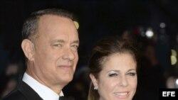 El artista estadounidense Tom Hanks (i) y su mujer Rita Wilson (d)