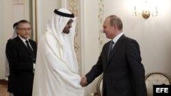 El presidente de Rusia, Vladímir Putin (d), recibe al príncipe heredero del emirato de Abu Dabi y vicecomandante supremo de la Armada de los Emiratos Árabes Unidos, el jeque Mohamed bin Zayed Al Nahyan.