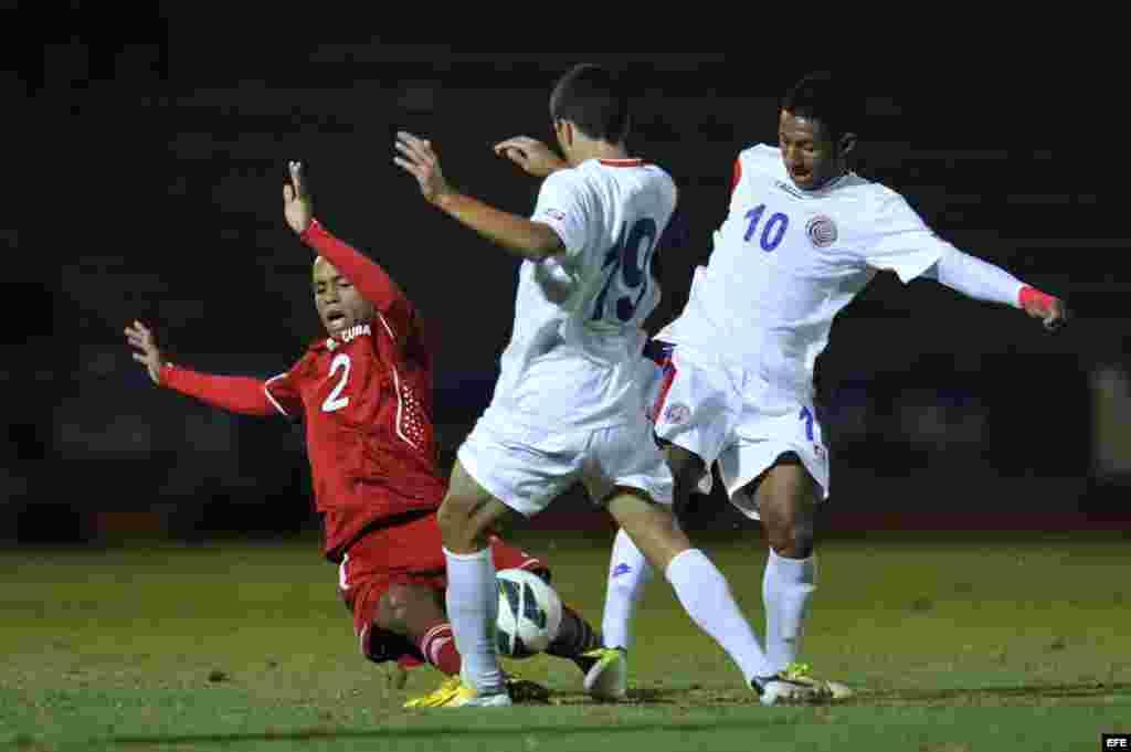 Los jugadores de Costa Rica Jean Carlo Agüero (c) y Dylan Flores (d) disputan el balón con Andy Baquero (i) de Cuba hoy, martes 26 de febrero de 2013, durante el partido de cuartos de final de la eliminatoria de la Concacaf para el Mundial Sub'20 de Turqu