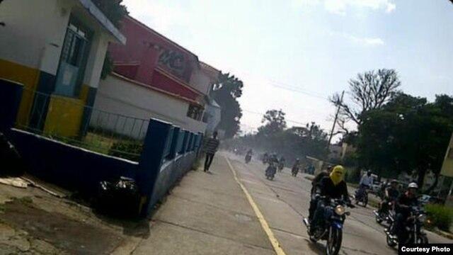 Motociclistas encapuchados en la ULA. Foto Danny Acosta.