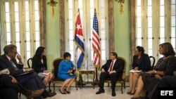 La secretaria de Comercio de Estados Unidos, Penny Pritzker (3-i), se reúne con el ministro cubano de Relaciones Exteriores, Bruno Rodríguez (3-d).