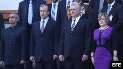El vicepresidente de Venezuela, Tareck El Aissami (2i), recibe al presidente de Cuba, Miguel Díaz-Canel (c), y la primera dama cubana, Lis Cuesta (d), hoy, miércoles 30 de mayo de 2018, en el Panteón Nacional Simón Bolívar, en Caracas (Venezuela). Díaz-Ca