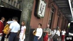 Foto de archivo de un grupo de turistas que visita el restaurante Floridita, en La Habana, Cuba