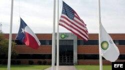 Banderas ante la sede de British Petroleum (BP) en la ciudad de Texas.