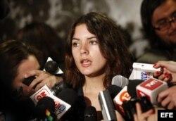 Camila Vallejo hace declaraciones a la prensa cuando era presidenta de la Federación de Estudiantes de la Universidad de Chile