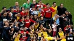 Foto de familia de los jugadores, entrenadores y cuerpo técnico del Atlético de Madrid.