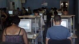 Cubanos haciendo uso del Internet en un cibercafe en La Habana.