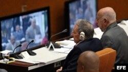 Raúl Castro (i), asiste junto al segundo secretario del Partido Comunista de Cuba, José Ramón Machado (d), hoy, miércoles 18 de abril de 2018, en La Habana (Cuba), a la sesión constitutiva de la IX Legislatura de la Asamblea Nacional del Poder Popular (p