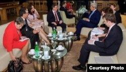 El secretario de Estado John Kerry y el canciller cubano, Bruno Rodríguez, junto con sus equipos, se reúnen en Panamá.