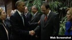 Obama saluda a Alejandro Castro Espín durante su visita oficial a La Habana. (Archivo)