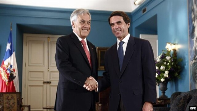 El presidente de Chile Sebastián Piñera (i) saluda al expresidente del Gobierno español José María Aznar hoy, jueves 10 de enero de 2013, durante su encuentro en el Palacio de la Moneda en Santiago de Chile.