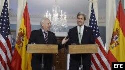 El ministro español de Asuntos Exteriores, José Manuel García-Margallo (i), y el secretario de Estado estadounidense, John Kerry, comparecen en una rueda de prensa en el Departamento de Estado en Washington DC, Estados Unidos.