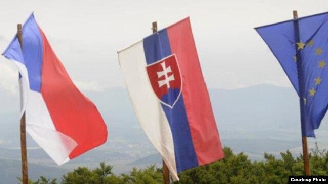 De izquierda a derecha las banderas de la República Checa, Eslovaquia y la Unión Europea.