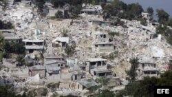 Archivo: Varias casas derrumbadas en una zona destruida de Puerto Príncipe