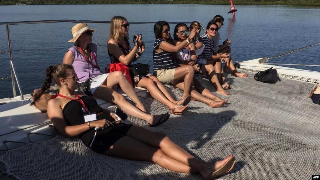 Turistas se toman un selfie en un catamarán en Guardalavaca, Holguín.